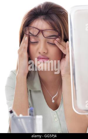 Close-up de belle jeune femme souffrant de maux de tête Banque D'Images