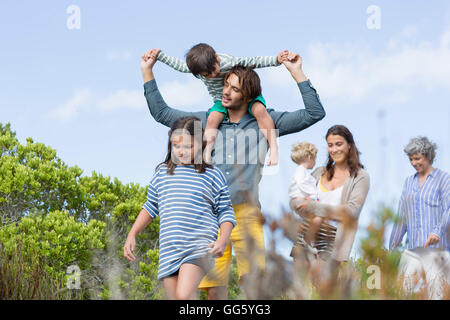 Multi-generation family walking in meadow Banque D'Images