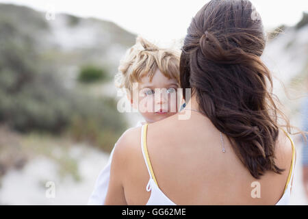 Vue arrière d'une femme portant son bébé Banque D'Images