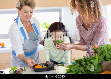Hauts femme avec fille et sa petite-fille dans la cuisine Banque D'Images