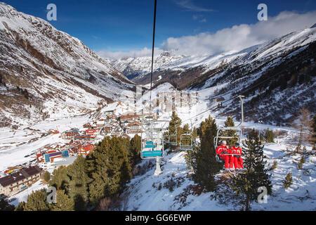 Le village d'Obergurgl, vallée Otztal skieurs comme monter la montagne sur télésièges, Tyrol, Alpes autrichiennes, Banque D'Images