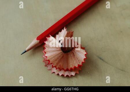 Crayon rouge de copeaux de bois sur le haut de la table d'écriture Banque D'Images