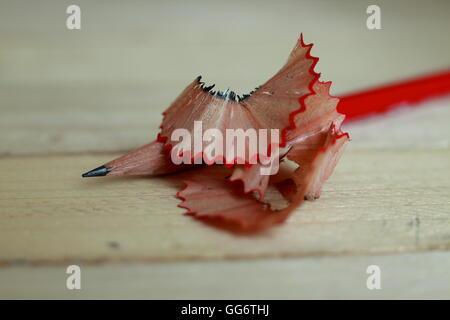 Crayon bien aiguisé de copeaux sur table en bois Banque D'Images