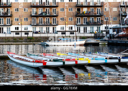 Ligne d'embarcations décorées de couleurs différentes, amarré à Millwall Dock externe à Londres Banque D'Images