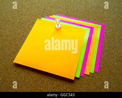 Post-it colorés sur bois board Banque D'Images