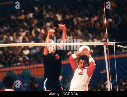 USA #15 Karch Kiraly en action au cours de match à Long Beach Arena, les hommes de l'équipe de volley-ball aux Banque D'Images