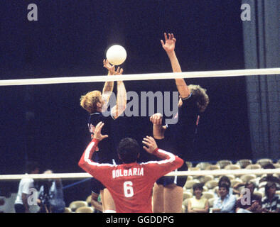 USA men's 1984 L'équipe de volley-ball olympique en action à Long Beach Arena, Long Beach, CA Banque D'Images