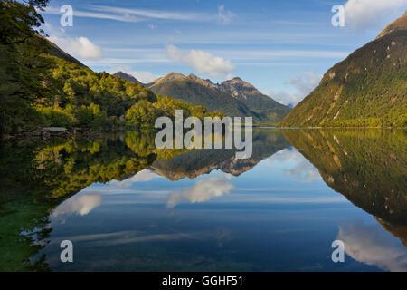 Reflet de la montagne dans le lac Gunn, Parc National de Fiordland, Southland, île du Sud, Nouvelle-Zélande Banque D'Images