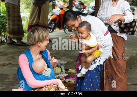 f01946749165 Mère balinaise avec ses enfants jouer avec bébé d une mère allemande, porte-