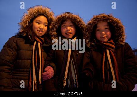 Ecolières dans Qaanaaq, le nord-ouest du Groenland, Greenland Banque D'Images