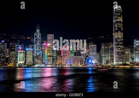 Hong Kong, Hong Kong SAR, Chine.25 juillet 2016.Hong Kong skyline lumières reflètent dans l'eau.© Jayne Russell/Alamy Banque D'Images