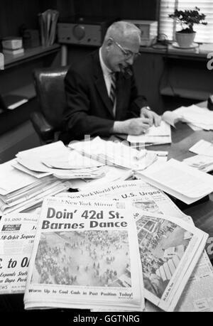 New York City Traffic Commissaire Henry A. Barnes dans son bureau, janvier 1962. Journaux sur son bureau afficher tous les titres de la danse Barnes.