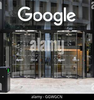 Portes en verre à Google bureaux avec signe au-dessus de la porte d'entrée renouvelable nouveau bureau bloc dans Banque D'Images
