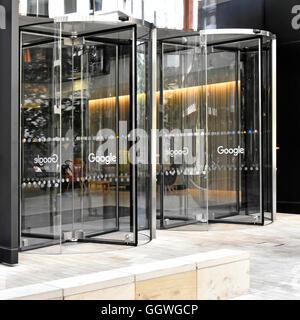 Entrée renouvelable portes à de nouveaux bureaux de Google à King Cross Londres Angleterre Royaume-uni avec le mot Banque D'Images