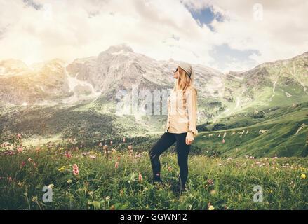 Young Woman walking Travel concept de vie vacances d'arrière-plan sur les montagnes rocheuses en plein air Banque D'Images