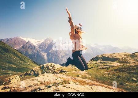 Happy Woman jumping à voler avec des montagnes de lévitation sur fond de paysage émotions Lifestyle Travel concept Banque D'Images