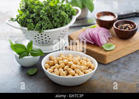 La cuisson à kale et pois chiches Banque D'Images