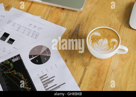 Les documents d'affaires avec les graphiques et la croissance d'affaires en milieu de café. Banque D'Images