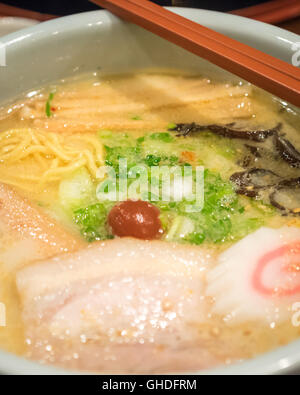 Shio ramen japonais, avec blanc, bouillon tonkotsu Ramen d'Hokkaido Santouka sur Robson Street, à Vancouver, Canada. Banque D'Images