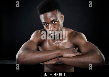 Athlète Sportsman humide de transpiration face portrait après l'exercice les bras croisés s'appuyant sur la barre Banque D'Images