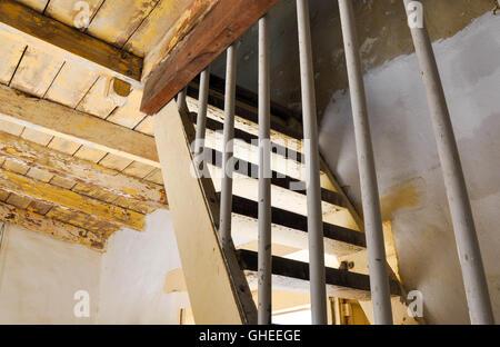 Ancien plafond en bois rustique avec escalier raide dans le bâtiment historique maison ronde à Fremantle, Australie Banque D'Images
