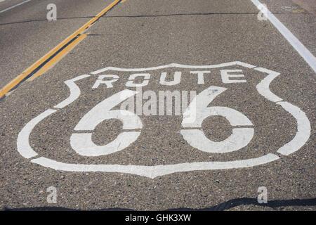 Signe de route 66 peint sur autoroute. USA Banque D'Images