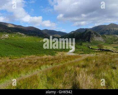 Jusqu'à un chemin d'accès à l'eau de chèvre, près de le vieil homme de Coniston, Lake District, UK Banque D'Images
