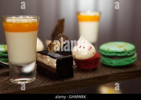 Desserts, gâteaux et macarons un servis dans le cadre d'un thé l'après-midi en Angleterre. Banque D'Images
