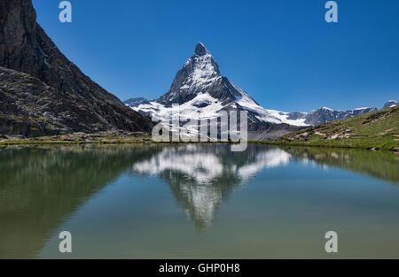 Le Cervin reflète dans le lac Riffelsee, Zermatt, Suisse Banque D'Images