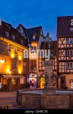 Fontaine et statue du baron Lazare de Schwendi en place de l'Ancienne Douane, Colmar, Haut-Rhin Alsace France Banque D'Images