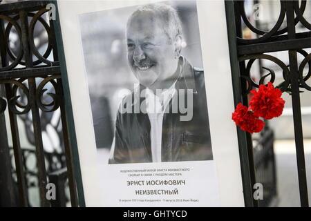 Yekaterinburg, Russie. 11 août, 2016. Fleurs à un portrait du sculpteur Ernst Neizvestny Ernst Neizvestny à l'Art Banque D'Images