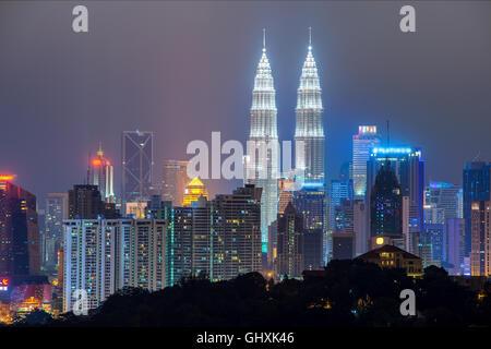 Kuala Lumpur skyline dans nuit, Kuala Lumpur, Malaisie Banque D'Images