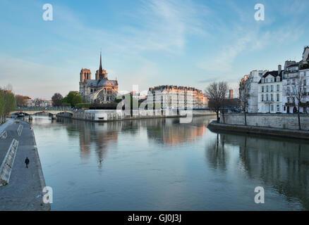 À l'aube de la Cathédrale Notre Dame et l'Ile de la Cité constituent le Pont de la Tournelle sur la Seine, Paris, Banque D'Images