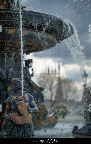 Les fontaines de la Place de la concorde avec la Tour Eiffel au-delà, Paris, France Banque D'Images
