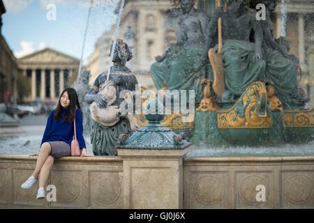 Un touriste posant pour une photo à la place de la Concorde, Paris, France Banque D'Images