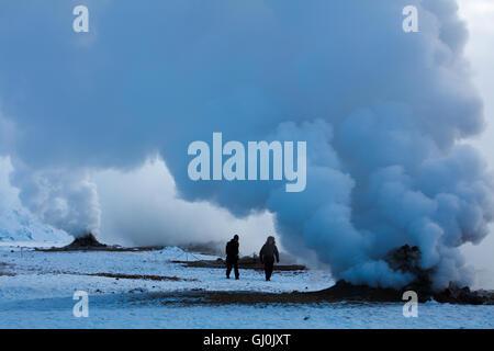 Les figures émergeant de la geysers at, près de 73320, le nord-est de l'Islande Banque D'Images