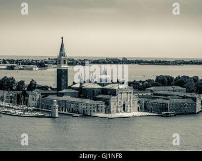 Vue aérienne de l'Istrie blanche en façade de l'église de San Giorgio Maggiore, sur l'île du même nom, Venise.