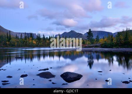 Vue sur les lacs polygonale au crépuscule, montagnes Khibiny, péninsule de Kola, Russie Banque D'Images