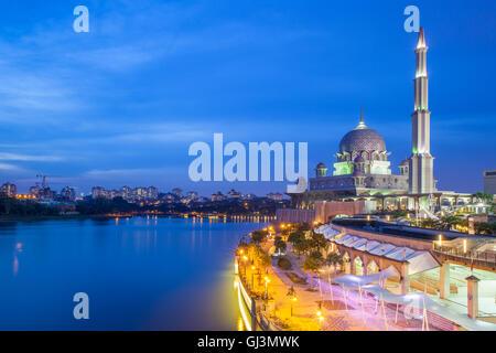 Rose belle mosquée Putra au crépuscule, Putrajaya, Malaisie Banque D'Images