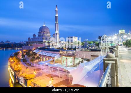 Rose belle mosquée Putra au crépuscule, Putrajaya, Malaisie, le 11 août 2016. Banque D'Images