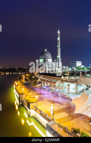 Putrajaya, Malaisie - 11 août 2016: belle mosquée Putra rose au crépuscule, Putrajaya, Malaisie, le 11 août 2016. Banque D'Images