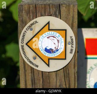 Un signe sur un post disant Wye Valley Walk Monmouthshire County Council en gallois Sir Fynwy llywbr dyffryn gwy Banque D'Images
