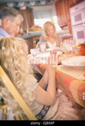 Vacances de Thanksgiving traditionnelles aux Etats-Unis, avec la famille de la préparation de la Turquie et de rassembler Banque D'Images