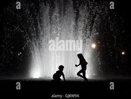 Deux enfants, jouer en face de la fontaine à Ringbrunnen Palaisplatz à Dresde, Allemagne, 13 août 2016. Photo: Banque D'Images