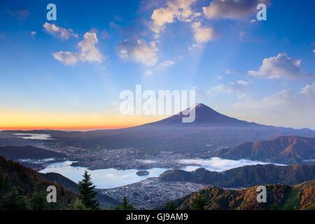 Mt. Fuji, le Japon sur le lac Kawaguchi sur un matin d'automne. Banque D'Images
