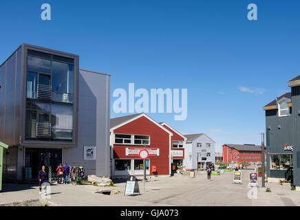 Scène de rue avec des magasins modernes dans le quartier de détail sur Imaneq, Nuuk, Groenland, Sermersooq Banque D'Images