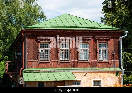 Point de vue intéressant sur la vieille maison de bois traditionnelle à Ryazan, Russie Banque D'Images