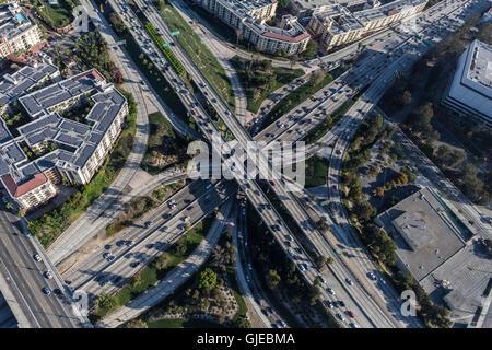 Vue aérienne du centre-ville de Los Angeles et 110 Harobr 101 Hollywood niveau quatre autoroutes informatisées. Banque D'Images