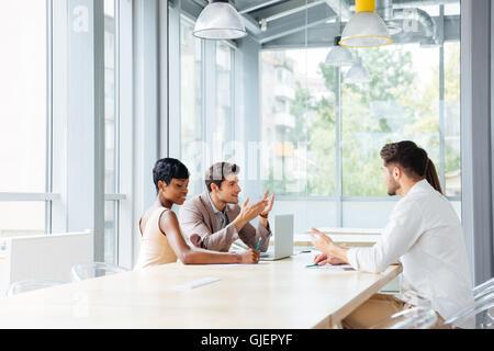 Groupe de jeunes gens d'affaires travailler au bureau et discuter de nouvelles idées Banque D'Images