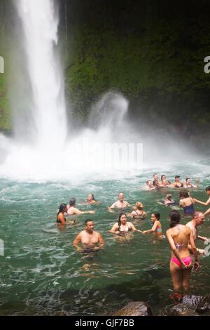 Les touristes la natation dans la cascade de La Fortuna, la Fortuna, Arenal, Costa Rica, province de l'Amérique Banque D'Images